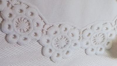 Bílé vyšívání richelieu - návod na květinky